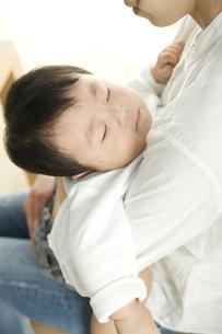 お母さんに抱っこされて眠る赤ちゃんの写真素材 [FYI00472000]
