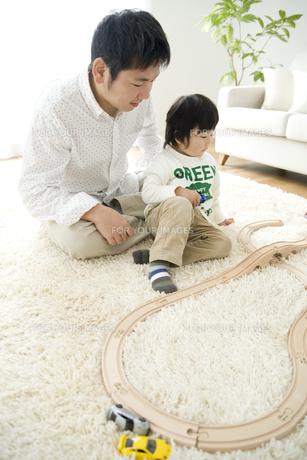 車のおもちゃで遊ぶ男の子とお父さんの写真素材 [FYI00472001]