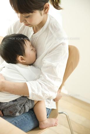 お母さんに抱っこされて眠る赤ちゃんの写真素材 [FYI00472010]
