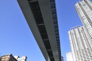 ゆりかもめの線路とビルの写真素材 [FYI00472160]