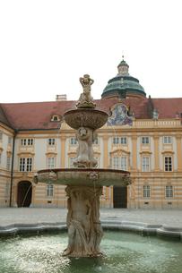 メルク修道院の噴水の写真素材 [FYI00473351]