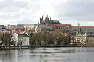 ヴルタヴァ川越に望むプラハ城の写真素材 [FYI00473485]