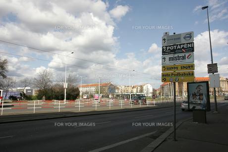 カレルシュタイン城への道路の写真素材 [FYI00473497]