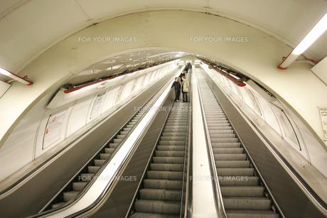 プラハ地下鉄のエスカレーターの写真素材 [FYI00473511]