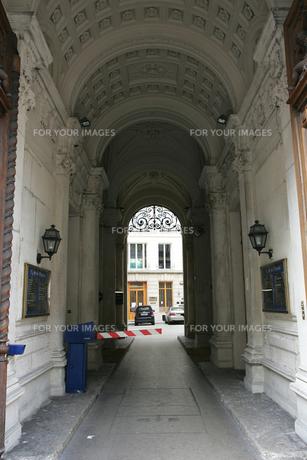 市内の駐車場入り口の写真素材 [FYI00473518]
