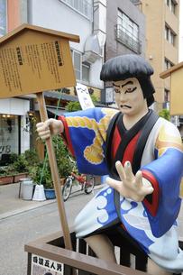 浅草・伝法院通りの白浪五人男の歌舞伎人形の写真素材 [FYI00473630]