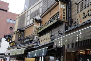 浅草・伝法院通りに並ぶ雰囲気ある看板の写真素材 [FYI00473635]