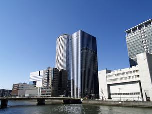 NTT西日本堂島第3ビルと大阪地方検察庁を望むの写真素材 [FYI00473716]