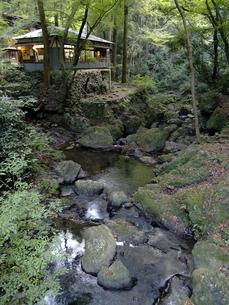 箕面大滝そばの橋から見た渓流の写真素材 [FYI00473727]