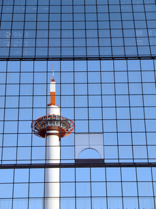 京都駅ビルに映る京都タワーの写真素材 [FYI00473756]