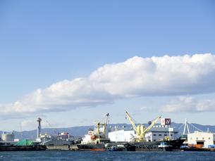 貨物船と港の写真素材 [FYI00473768]
