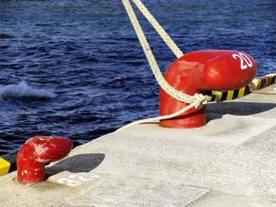 赤い係留柱とロープの写真素材 [FYI00473779]