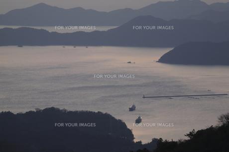 夕暮れの海と船の写真素材 [FYI00473829]