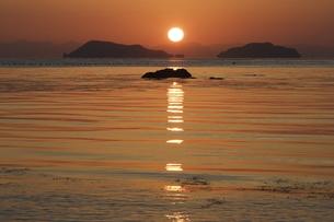 朝の海 日の出の写真素材 [FYI00473832]