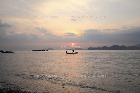 朝の海と漁船の写真素材 [FYI00473850]