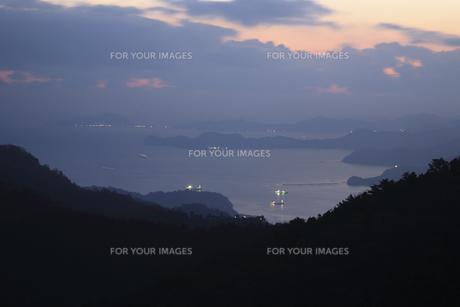朝の海と貨物船の写真素材 [FYI00473871]