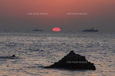 日の出の海と貨物船の写真素材 [FYI00473872]