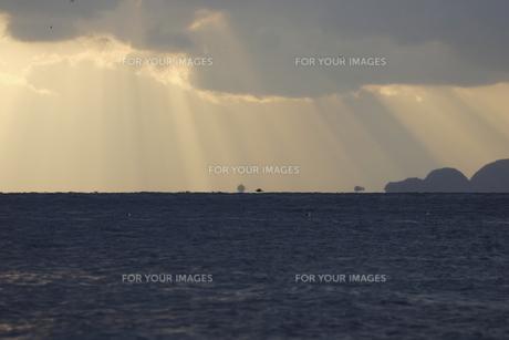 光芒と海の写真素材 [FYI00473876]