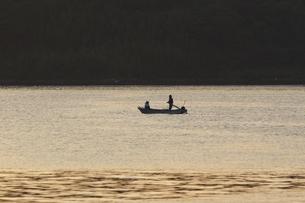 朝の海と漁船の写真素材 [FYI00473882]