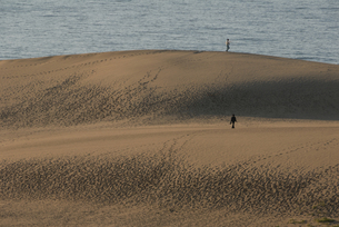 砂丘を歩く人の写真素材 [FYI00473927]