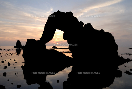 夕日と島根の海岸「加賀の潜戸」の写真素材 [FYI00473932]