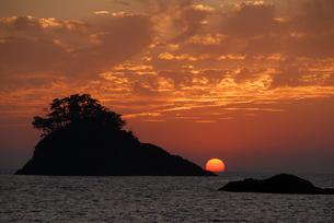 夕日と島根の海岸の写真素材 [FYI00473943]