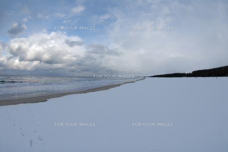 弓ヶ浜に広がる雪景色の写真素材 [FYI00473948]