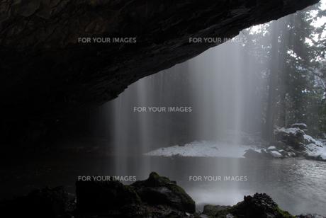 滝の裏側の写真素材 [FYI00473952]