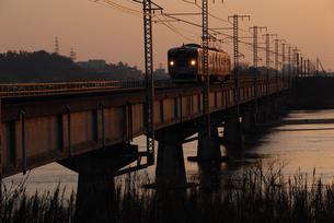 斐伊川を渡る山陰本線の写真素材 [FYI00473953]