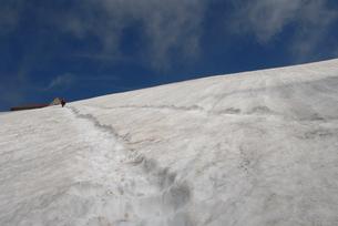 頂上へ続く雪道の写真素材 [FYI00473961]