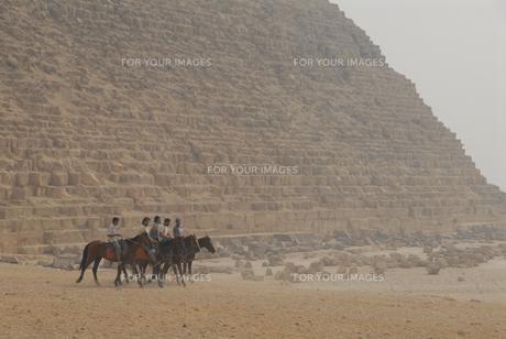 カフラー王ピラミッドと乗馬する人達の写真素材 [FYI00473971]