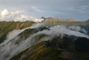 笠ヶ岳の稜線と槍ヶ岳遠望の写真素材 [FYI00473992]
