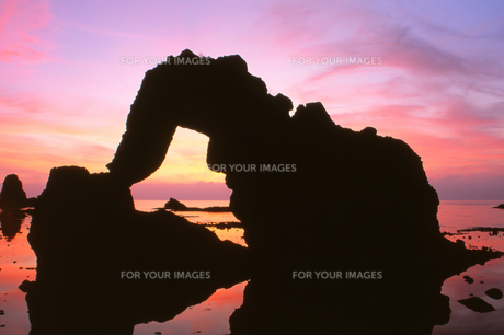 夕日と島根の海岸「加賀の潜戸」の写真素材 [FYI00474004]