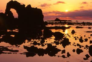 夕日と島根の海岸「加賀の潜戸」の写真素材 [FYI00474008]