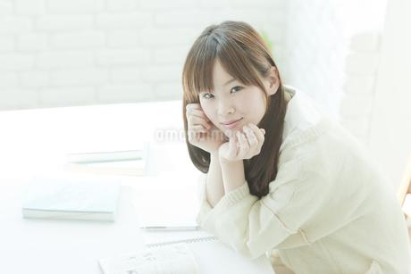 頬杖をついて見上げる若い日本人女性の写真素材 [FYI00474052]