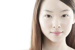 ロングヘアの若い女性の美容イメージの写真素材 [FYI00474073]