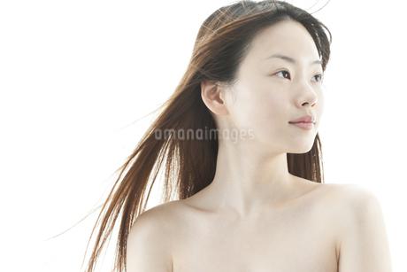 ロングヘアが揺れる若い女性の美容イメージの写真素材 [FYI00474082]