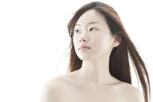 ロングヘアが揺れる若い女性の美容イメージの写真素材 [FYI00474083]