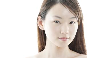 ロングヘアの若い女性の美容イメージの写真素材 [FYI00474087]