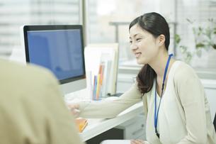 同僚と話すビジネスウーマンの写真素材 [FYI00474141]
