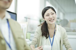 同僚と話すビジネスウーマンの写真素材 [FYI00474149]