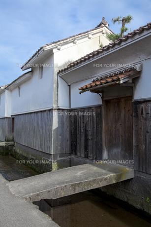 古い街並みの白壁土蔵の写真素材 [FYI00474182]