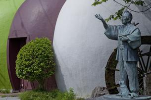 打吹公園の三色串だんご創業者像の写真素材 [FYI00474192]