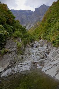 谷川岳一ノ倉沢出合と紅葉の写真素材 [FYI00474214]