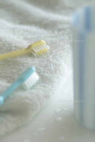 歯ブラシとタオルとコップの写真素材 [FYI00474232]