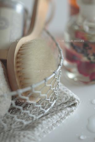かごに入れたブラシとタオルの写真素材 [FYI00474257]