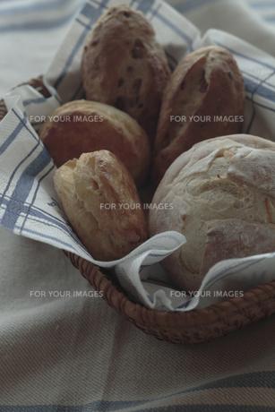 カゴに盛られたパンの写真素材 [FYI00474263]
