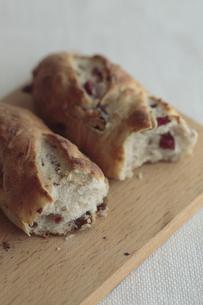 カッティングボード上のパンの写真素材 [FYI00474278]