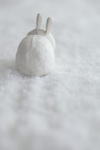 雪の上の張子のウサギの写真素材 [FYI00474289]