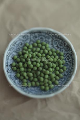 お皿と山椒の実の写真素材 [FYI00474315]
